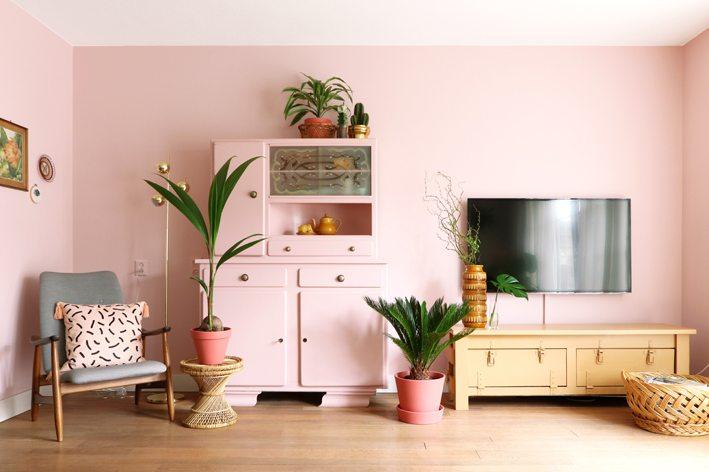 roze muur in woonkamer