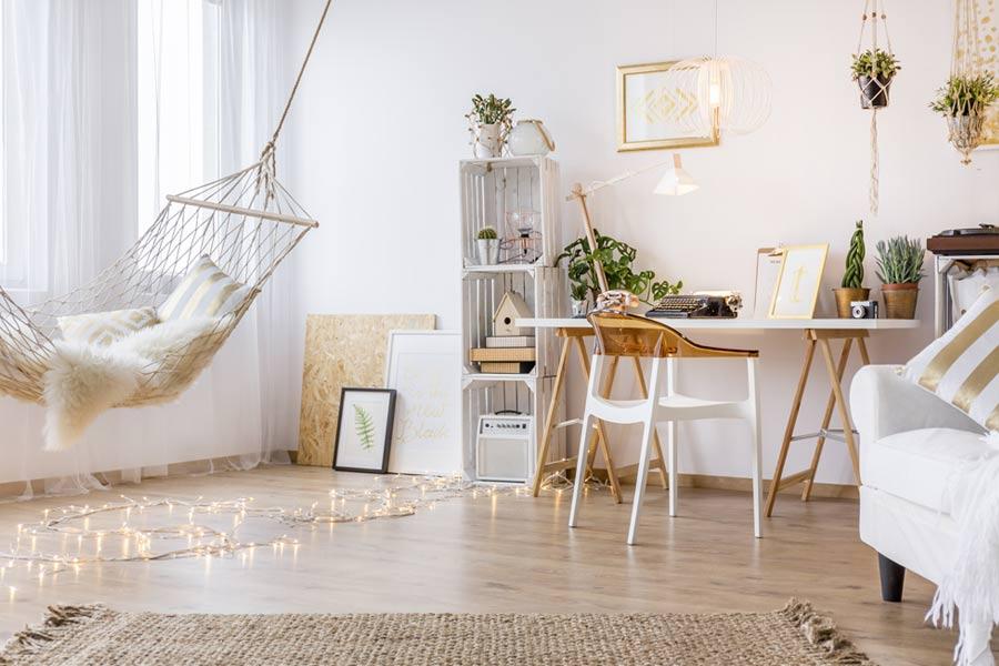 schattige moderne meisjeskamer met houten details en witte kleur