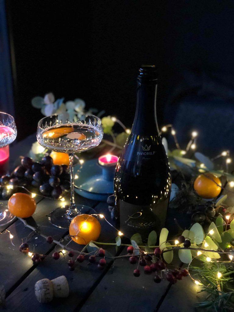 fles champagne op tafel met kerstversiering